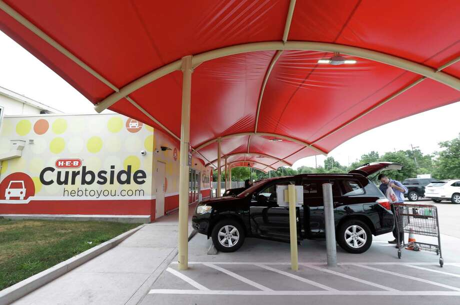 Sean Gresch e commerce regional merchant loads groceries into a customeru0027s car at the & H-E-B Kroger joining Wal-Mart in curbside pickup - San Antonio ...