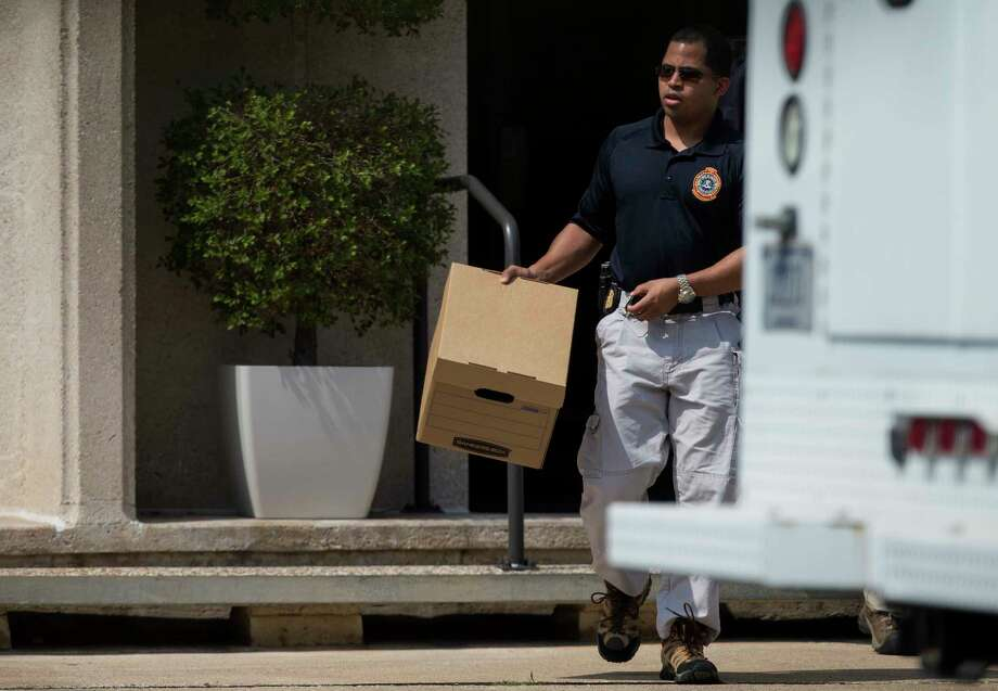 FBI officers collect evidence from the Dannenbaum Engineering firm at 3100 Alabama Street Wednesday, April 26, 2017, in Houston. The FBI also raided the company's locations in San Antonio, McAllen, and Laredo. Photo: Godofredo A. Vasquez, Houston Chronicle / Godofredo A. Vasquez