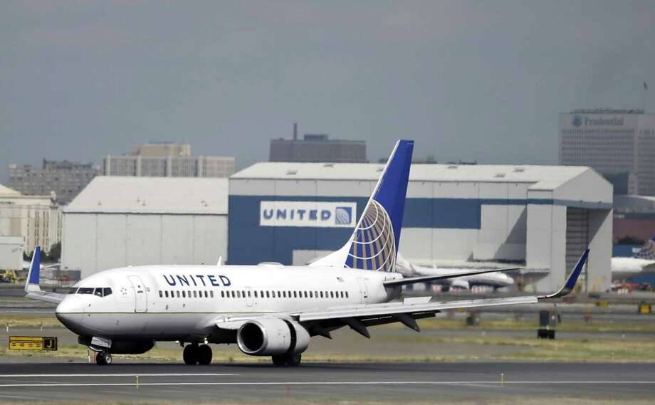 A United Airlines passenger plane lands at Newark Liberty International Airport in Newark, N.J. Sept. 8, 2015. Photo: Mel Evans / Associated Press / ap