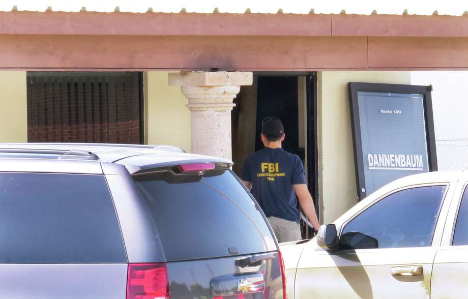 ARCHIVO — Agentes del FBI ingresan a las oficinas de Dannenbaum Engineering ubicadas en 8610 McPherson Road, Suite 130, el miércoles 26 de abril de 2017. Photo: Cuate Santos /Laredo Morning Times / Laredo Morning Times