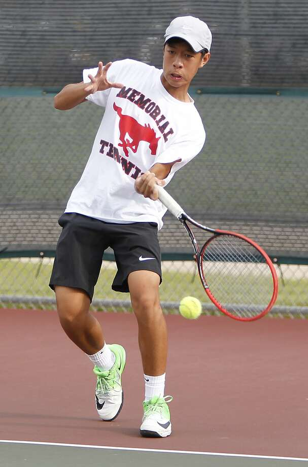 Memorial's Anthony Huynh returns the ball during a doubles match with Cinco Ranch. Photo: Diana L. Porter, Freelance / © Diana L. Porter