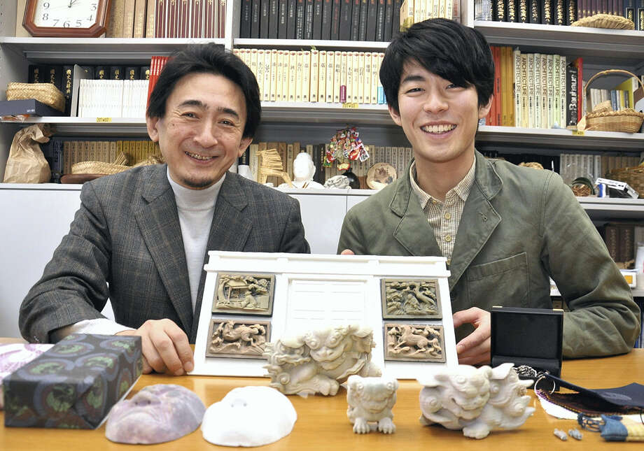 Prof. Akira Ueda, left, and Hironobu Aoki, both of Chiba University, show replicas of cultural assets based on 3-D data. Photo: Japan News. / Yomiuri - Japan News