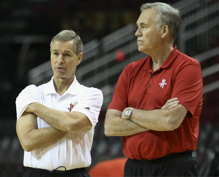Houston Rockets assistant coach Jeff Bzdelik, left, and head coach Mike D'Antoni have a conversation during practice at Toyota Center Friday, April 28, 2017, in Houston. ( Yi-Chin Lee / Houston Chronicle )