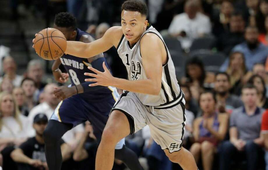 Kyle Anderson dribbles during the second half of Game 1 of the first-round playoff series against the Memphis Grizzlies on April 15, 2017, in San Antonio. San Antonio won 111-82. Photo: Eric Gay /AP Photo