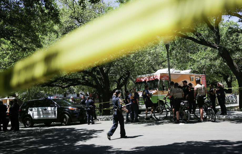 Law enforcement officers secure the scene after a fatal stabbing attack on the University of Texas campus Monday, May, 1, 2017. Photo: Tamir Kalifa/Austin American-Statesman Via AP