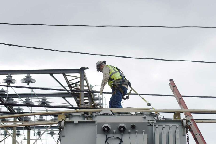 An Eversource Energy worker in mid-April 2017 in Greenwich, Conn. Photo: Tyler Sizemore / Hearst Connecticut Media / Greenwich Time