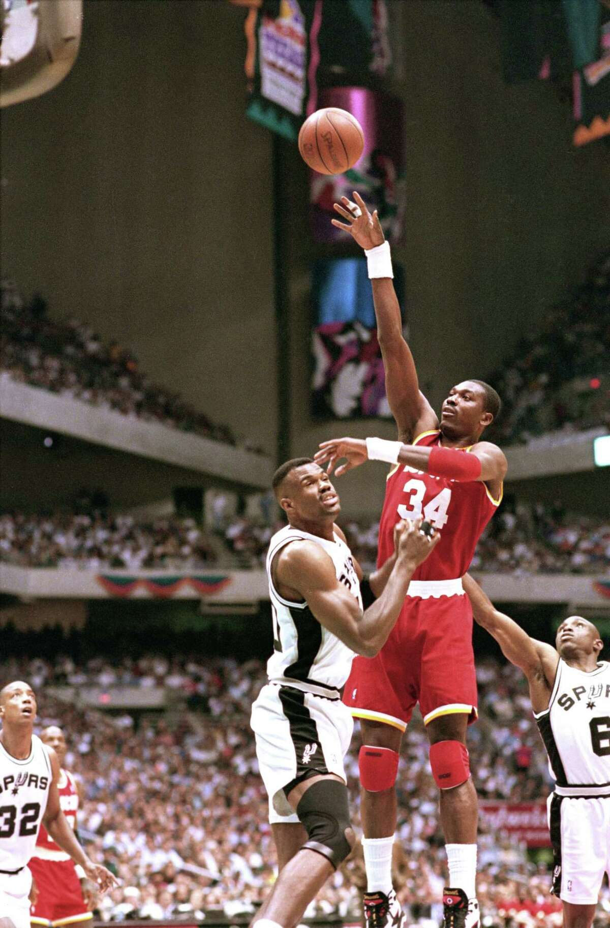 05/30/1995 - Houston Rockets Hakeem Olajuwon shoots over San Antonio Spurs David Robinson in game 5 of the Western Conference Finals.