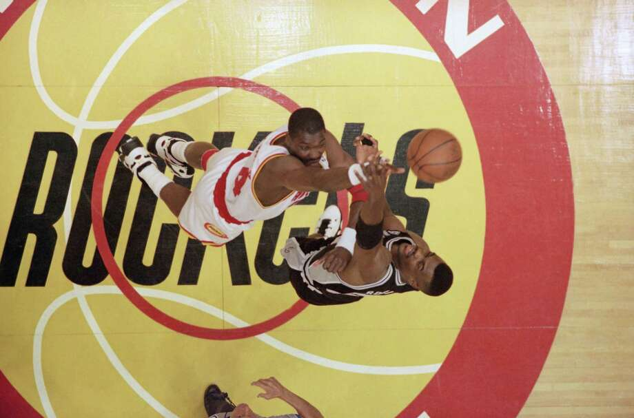 The battle within the battle during the 1995 Western Conference finals was between Hakeem Olajuwon, left, and David Robinson. Photo: Tim Johnson, STF / AP