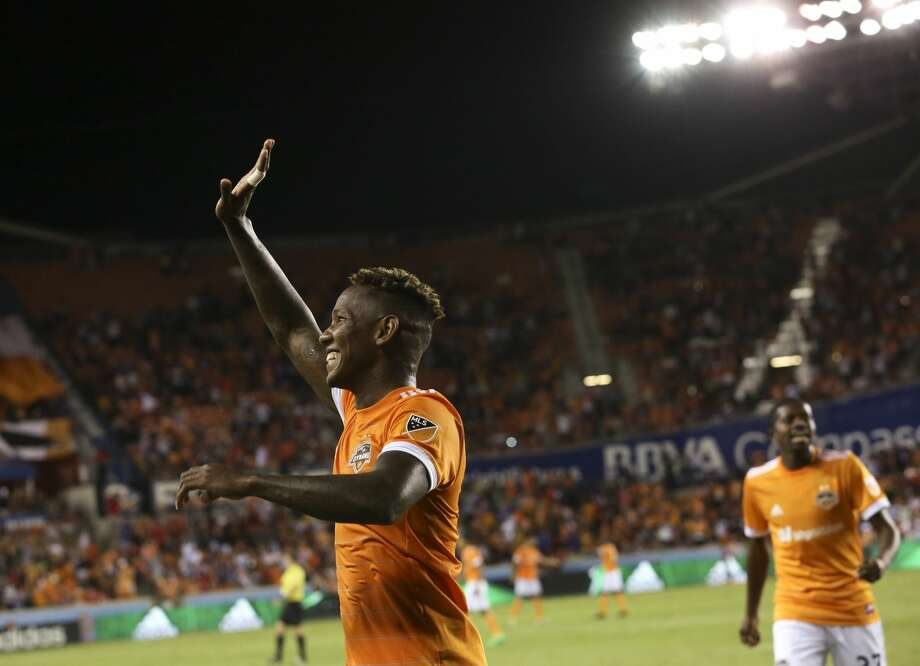 Houston Dynamo forward Romell Quioto (17) waves at the fans after scoring during the second half of the game at BBVA Compass Stadium Saturday, May 6, 2017, in Houston. Houston Dynamo defeated Orlando City SC 4-0. ( Yi-Chin Lee / Houston Chronicle ) Photo: Yi-Chin Lee/Houston Chronicle
