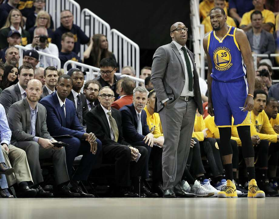 Mike Brown talks with Kevin Durant during Game 3 against Utah, the seventh of the Warriors' 10 straight playoff wins. Photo: Carlos Avila Gonzalez, The Chronicle