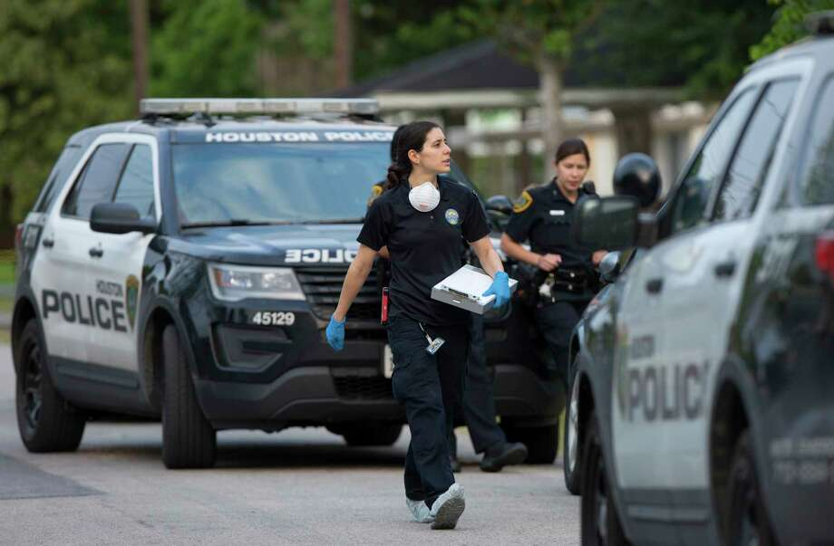 Authorities investigate the scene of a home invasion that left one person dead and others injured on Crandon Street Tuesday, May 9, 2017, in Houston. Photo: Godofredo A. Vasquez, Houston Chronicle / Godofredo A. Vasquez
