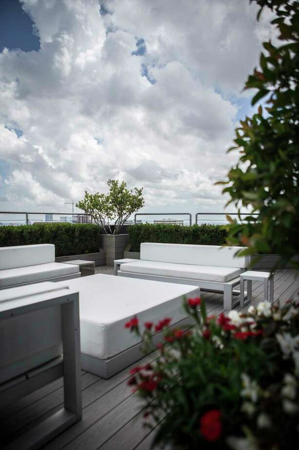 View of rooftop garden terrace of Cosmopolitan Highrise at 1600 Post Oak Blvd., Wednesday, April 19, 2017, in Houston. ( Marie D. De Jesus / Houston Chronicle ) Photo: Marie D. De Jesus, Staff / © 2017 Houston Chronicle