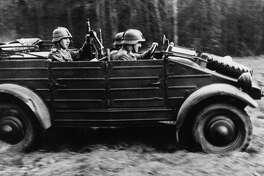 (GERMANY OUT) Infanteristen des Regiments`Grossdeutschland` (Kradschützen-Kompanie) in einem VolkswagenKübelwagen auf dem russischenKriegsschauplatz.erschienen Juni 1942 (Photo by ullstein bild/ullstein bild via Getty Images)