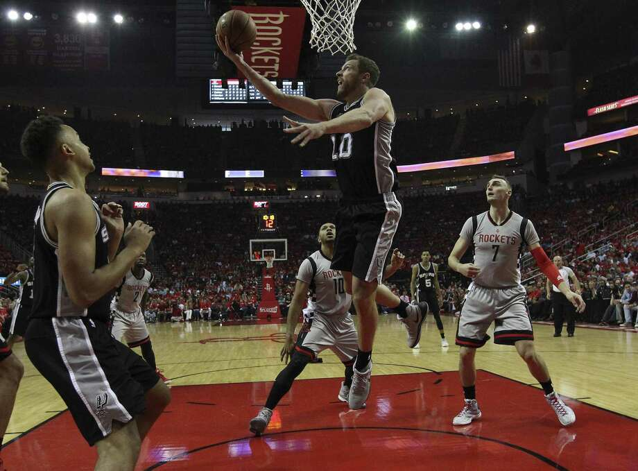 Spurs' David Lee goes up for a reverse layup against the Houston Rockets in Game 6 of the Western Conference semifinals at the Toyota Center on May 11, 2017. Photo: Kin Man Hui /San Antonio Express-News / ©2017 San Antonio Express-News