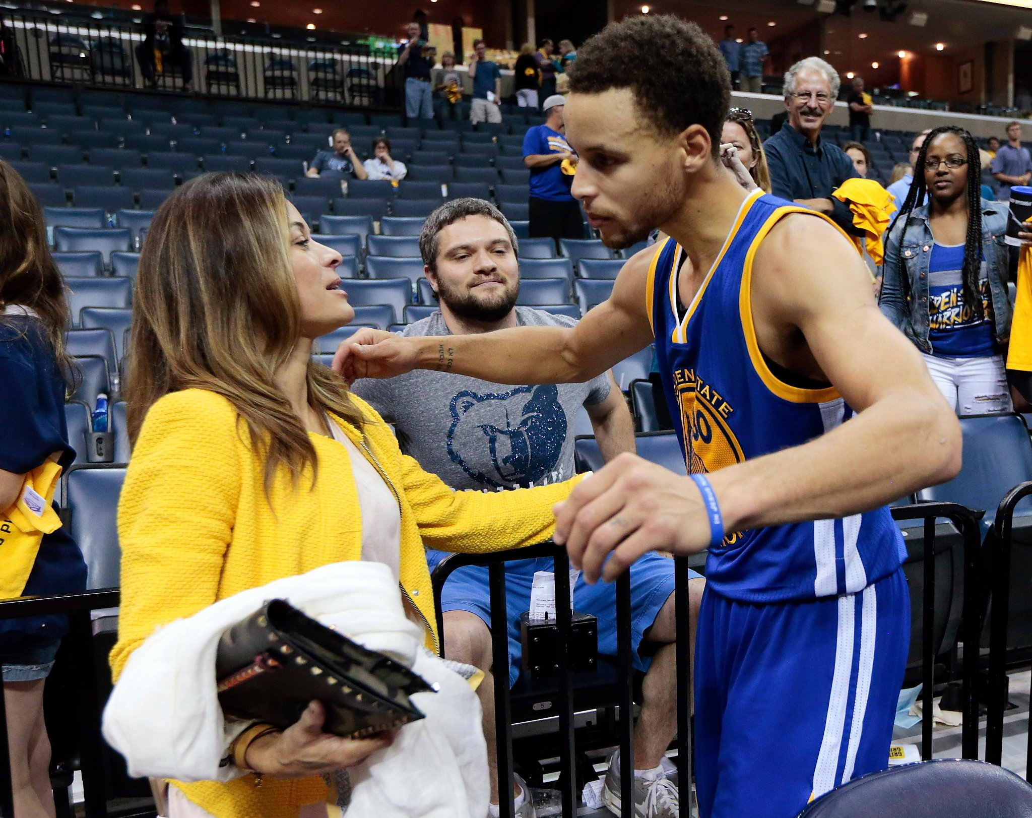 Stephen Curry S Mom Hits Half Court Shot At Event Sfchronicle Com