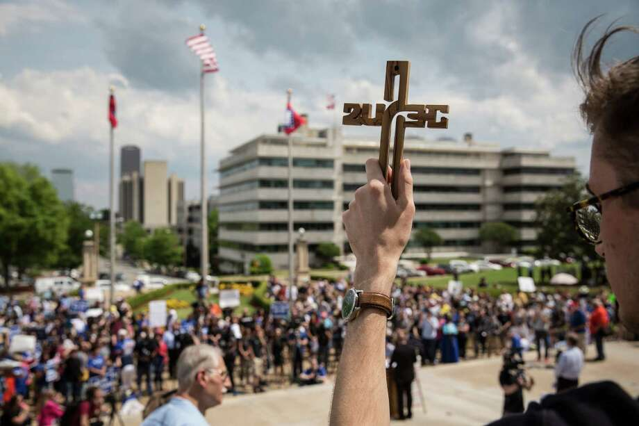 Demonstrators gather in front of the Arkansas Capitol building to protest the death penalty. Photo: TAMIR KALIFA, STR / NYTNS