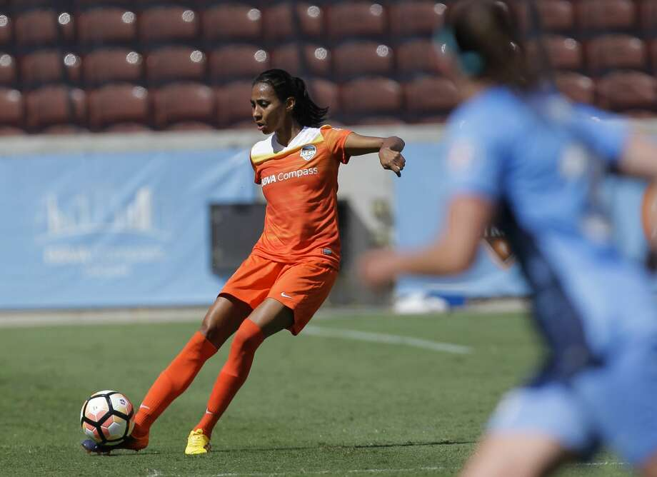 Houston Dash defender Bruna Benites (4) makes a pass during the second half of the game at BBVA Compass Stadium Saturday, May 13, 2017, in Houston. Houston Dash lost to Sky Blue FC 3-1. ( Yi-Chin Lee / Houston Chronicle ) Photo: Yi-Chin Lee/Houston Chronicle