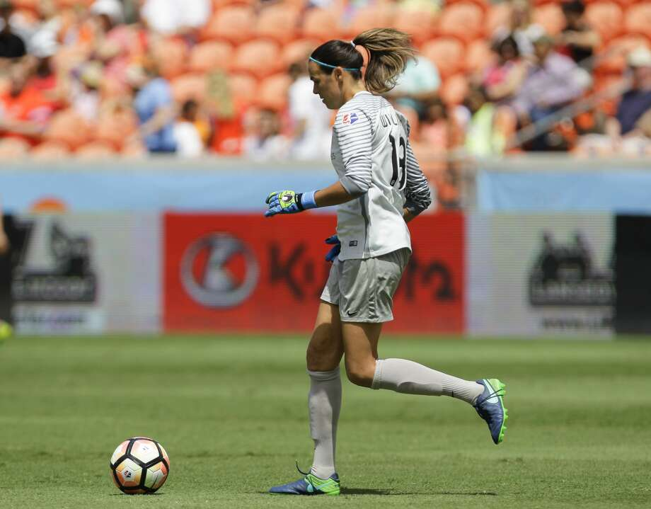 Houston Dash goalkeeper Lydia Williams (18) kicks the ball during the first half of the game at BBVA Compass Stadium Saturday, May 13, 2017, in Houston. ( Yi-Chin Lee / Houston Chronicle ) Photo: Yi-Chin Lee/Houston Chronicle
