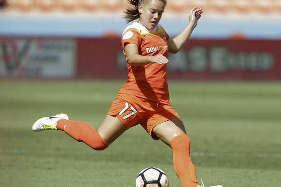 Houston Dash midfielder Andressa Cavalari Machry (17) kicks during the second half of the game at BBVA Compass Stadium Saturday, May 13, 2017, in Houston. Houston Dash lost to Sky Blue FC 3-1. ( Yi-Chin Lee / Houston Chronicle )