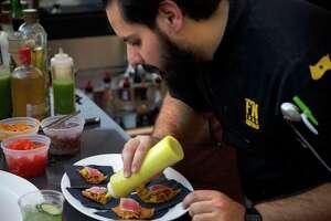 Fernando Parra, prepara un platillo durante un taller gastronómico, el jueves en el restaurante Siete Banderas.