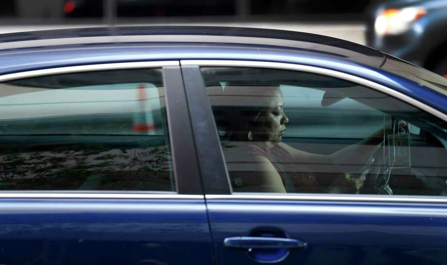 The newest version of a texting while driving bill in the state Legislature would ban texting while a vehicle is operational, but would still allow Texas motorists to type or read texts at stoplights. Photo: Karen Warren, Staff Photographer / 2017 Houston Chronicle