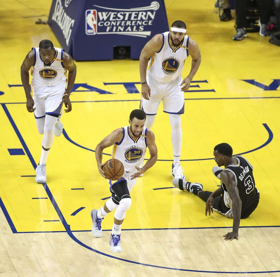 The Warriors' Stephen Curry runs down court on his way to a game-high 29 points, including six-of-nine three-pointers. Photo: Scott Strazzante, The Chronicle