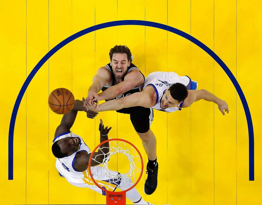 Draymond Green (23) and Klay Thompson (11) defend against a shot by Pau Gasol (16) in the first half as the Golden State Warriors played the San Antonio Spurs at Oracle Arena in Oakland, Calif., on Tuesday, May 16, 2017, in game 2 of the Western Conference Finals. Photo: Carlos Avila Gonzalez, The Chronicle