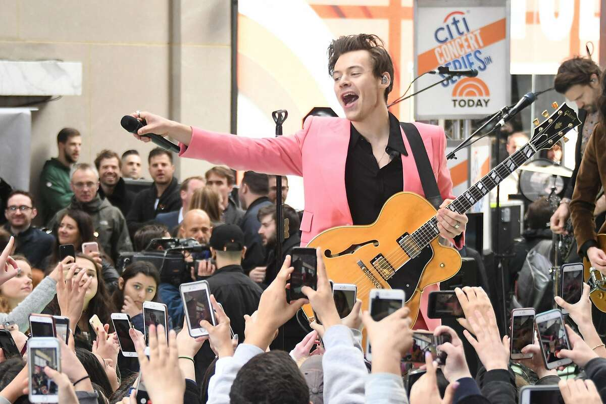 """NEW YORK, NY - MAY 09: Harry Styles performs on NBC's """"Today"""" at Rockefeller Plaza on May 9, 2017 in New York City. (Photo by Mike Coppola/Getty Images)"""
