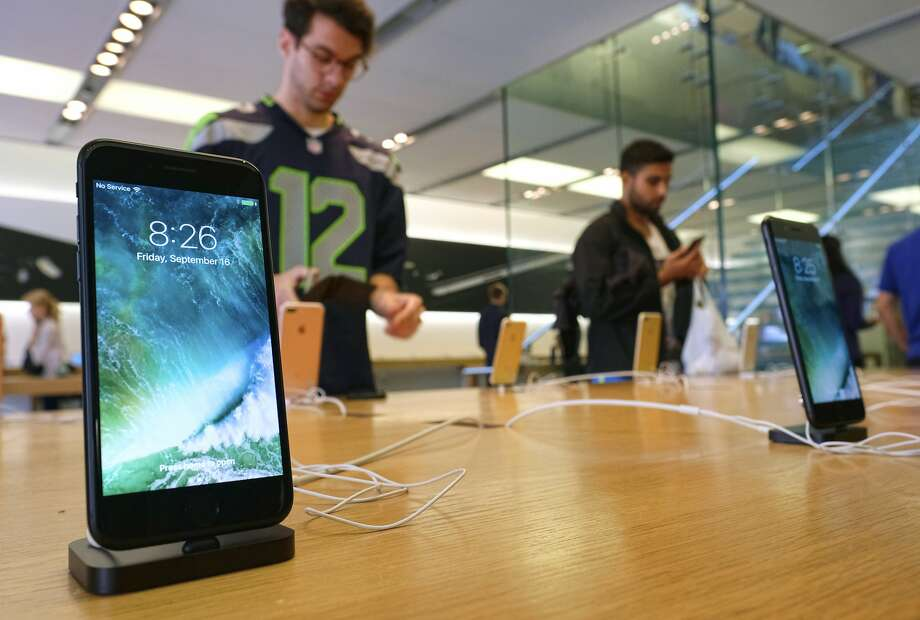 Apple, displaying phones at a Los Angeles store, is fighting with Qualcomm. Photo: Richard Vogel, Associated Press