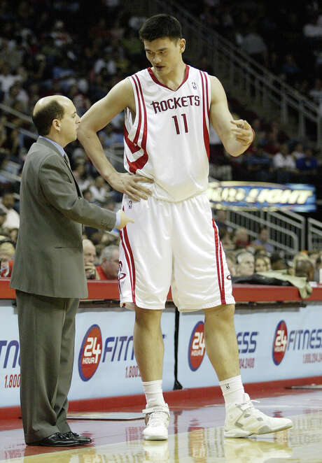 Houston Rockets' head coach Jeff Van Gundy, left, consults with Yao Ming, right, in the first half of NBA action on Friday, Mar. 3, 2006 at the Toyota Center in downtown Houston. Photo: Jessica Kourkounis, For The Chronicle / Freelance