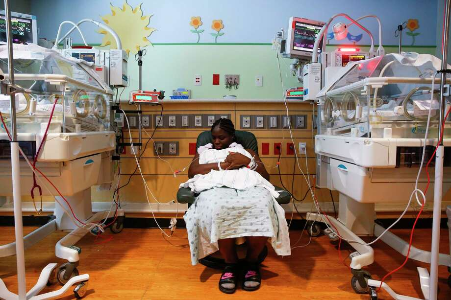 Ebony Riggs Hunter holds her six-day-old twins Eve Hunter, left, and Ava Hunter, right, during skin-to-skin kangaroo care in the Neonatal Intensive Care Unit at Memorial Hermann Memorial City Medical Center Monday, May 15, 2017 in Houston. Memorial Hermann is starting a new program to increase patient safety and reduce maternal and infant mortality. Photo: Michael Ciaglo, Houston Chronicle / Michael Ciaglo