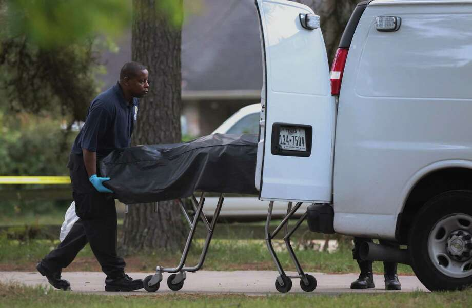 Harris County medical examiners remove the body of a home intruder on the 19200 block of Juergen Road Thursday, May 18, 2017, in Tomball, Texas. Photo: Godofredo A. Vasquez / Houston Chronicle
