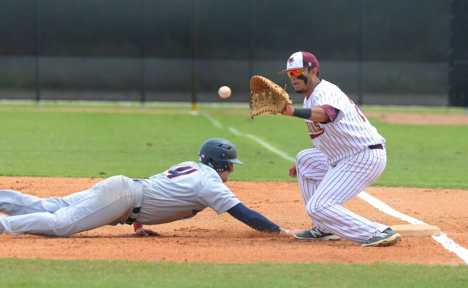 TAMIU's Alex Medina became the 12th player in school history to sign professionally as he will be joining Rieleros de Aguascalientes in the Mexican Baseball League. Photo: Cuate Santos /Laredo Morning Times File / LAREDO MORNING TIMES