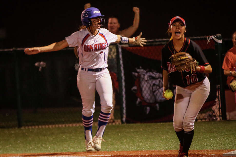 Oak Ridge's Kylie Hunt (7) reacts after being called out during the varsity softball game against Bowie on Friday, May 19, 2017, at Mumford High School. (Michael Minasi / Chronicle) Photo: Michael Minasi, Staff Photographer / © 2017 Houston Chronicle