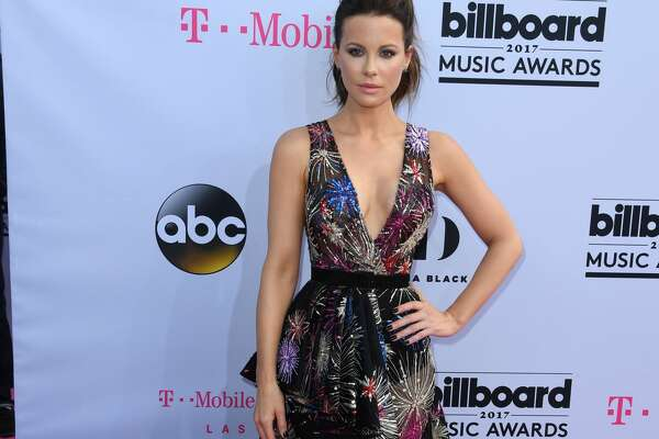 Actress Kate Beckinsale arrives for the 2017 Billboard Music Awards at the T-Mobile Arena on May 21, 2017 in Las Vegas, Nevada. / AFP PHOTO / MARK RALSTON        (Photo credit should read MARK RALSTON/AFP/Getty Images)
