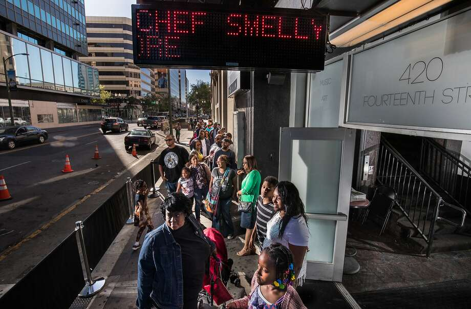 The long line on a Friday night for the pop-up in East Oakland. Photo: Paul Kuroda, Special To The Chronicle