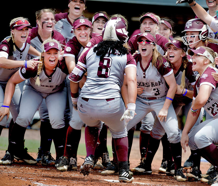 Tori Vidales (8) hit a tiebreaking RBI single in the sixth inning, and Texas A&M scored five runs over its final two innings to rally past Tennessee 6-5 on Saturday and force a deciding third game in their super regional series. Photo: Dave McDermand, Associated Press / College Station Eagle