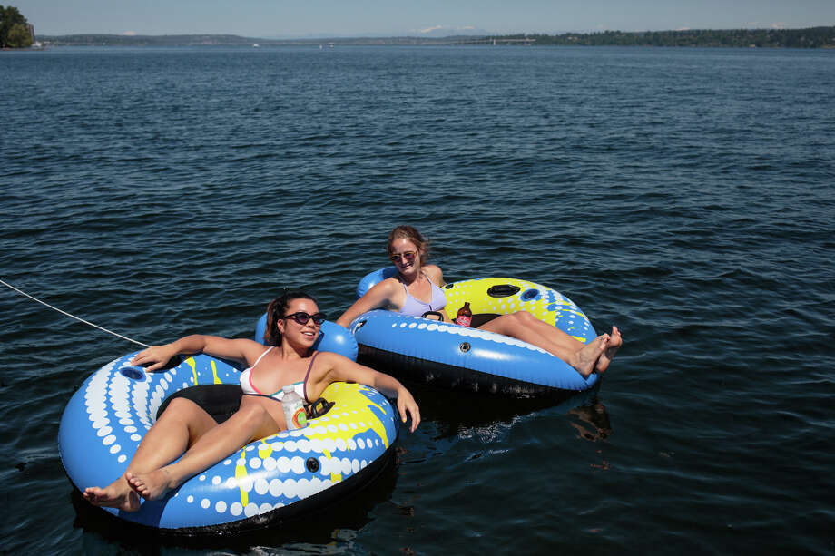 Lake Washington beaches within Seattle city limits will be closed Wednesday and Thursday for weed treatment aimed at improving water quality. Photo: GRANT HINDSLEY, SEATTLEPI.COM / SEATTLEPI.COM