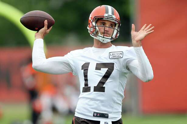 Cleveland Browns rookie quarterback Brock Osweiler throws a pass during NFL football practice, Wednesday, May 2, 2017, in Berea, Ohio. (Joshua Gunter/The Plain Dealer via AP)