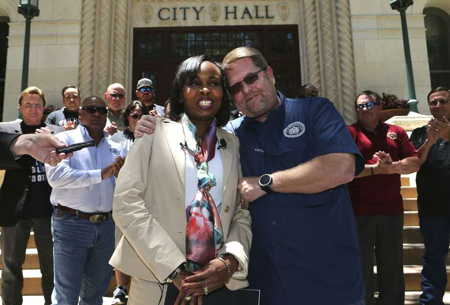 San Antonio Police Officers Association President Mike Helle (right, foreground) embraces San Antonio mayor Ivy Taylor Wednesday May 24, 2017 in front of city hall after announcing the association's support for Taylor as a mayoral candiddate. Photo: John Davenport, STAFF / San Antonio Express-News / ©John Davenport/San Antonio Express-News