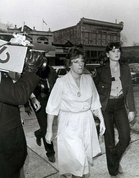 Genene Jones arrives at Williamson County Courthouse accompanied by a deputy. Georgetown Texas. 1/16/84 Express-News file photo Photo: JOSE BARRERA, STAFF / EXPRESS-NEWS FILE PHOTO / SAN ANTONIO EXPRESS-NEWS