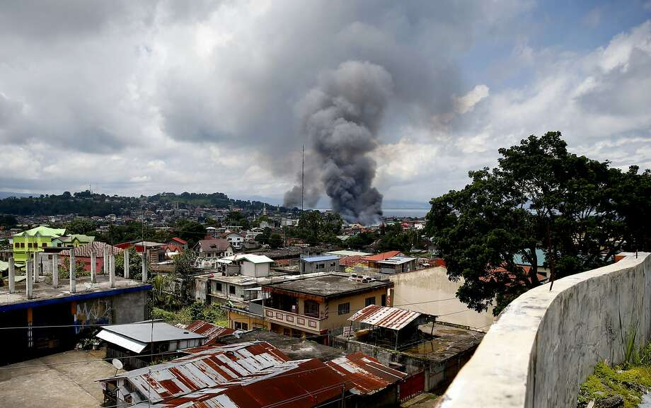 Philippines forces hit Islamic State-linked militants; civilians wave white flags