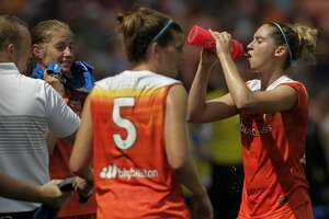 Houston Dash players drink water and use cold towels to stay hydrated during a break during the first half of the game at BBVA Compas Stadium Saturday, May 27, 2017, in Houston . ( Yi-Chin Lee / Houston Chronicle )