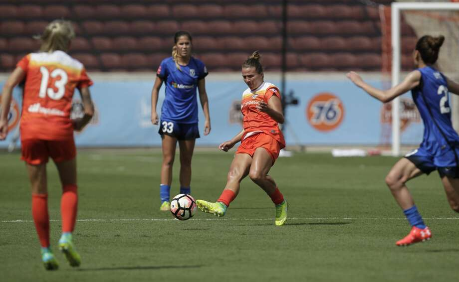 Houston Dash midfielder Amber Brooks (12) passes the ball to her teammates during the second half of the game against Seattle Reign FC at BBVA Compas Stadium Saturday, May 27, 2017, in Houston . ( Yi-Chin Lee / Houston Chronicle ) Photo: Yi-Chin Lee/Houston Chronicle