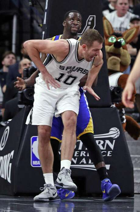 San Antonio Spurs' David Lee injures himself while trying to scoring against Golden State Warriors' Draymond Green in 1st quarter of Warriors' 120-108 win during Game 3 of NBA Western Conference Finals at AT&T Center in San Antonio, Texas, on Saturday, May 20, 2017. Photo: Scott Strazzante, Staff Photographer / The Chronicle / **MANDATORY CREDIT FOR PHOTOG AND SF CHRONICLE/NO SALES/MAGS OUT/TV
