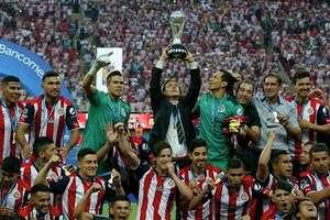 El técnico de Chivas Matías Almeyda levanta la copa de campeón de la liga mexicana tras vencer a Tigres en la final, el domingo 28 de mayo de 2017. (AP Foto/Eduardo Verdugo)