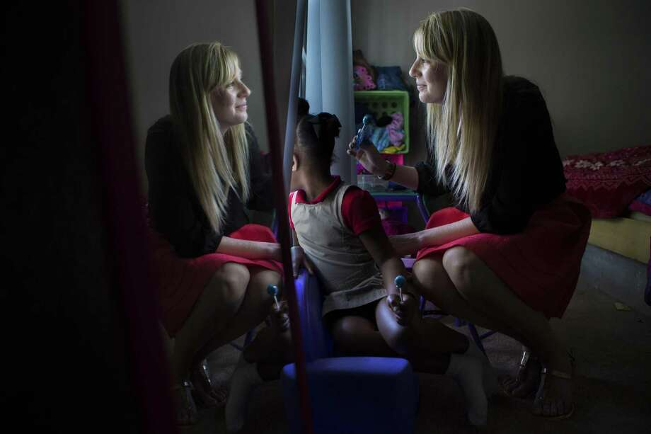 Child Protective Services caseworker Christina McKinney visits with a 6-year-old girl sent to live with her aunt temporarily during an ongoing CPS investigation. A new internal report at the agency shows marked improvements in several key areas, but a federal audit released Tuesday criticized Texas' foster-care system. Photo: Marie D. De Jesus /Houston Chronicle / © 2015 Houston Chronicle