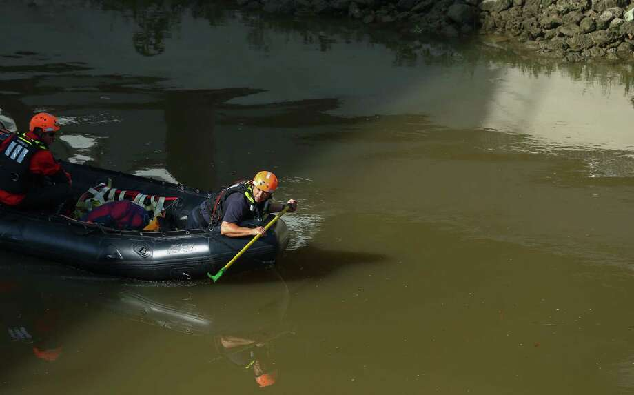 Authorities investigate the scene where the body of a man was found in the White Oak Bayou between the Heights hiking and biking trail Tuesday, May 30, 2017, in Houston.  ( Godofredo A. Vasquez / Houston Chronicle ) Photo: Godofredo A. Vasquez, BodyWhiteOakBayou / Houston Chronicle