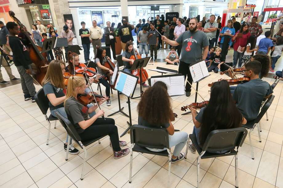 The Judson Middle School Orchestra  performs during the Judson ISD Art Extravaganza at Rooling Oaks Mall in May. Photo: Marvin Pfeiffer /San Antonio Express-News / Express-News 2017
