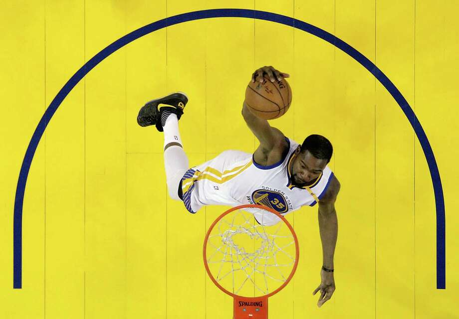 Kevin Durant (35) dunks in the first half as the Golden State Warriors played the Oklahoma City Thunder at Oracle Arena in Oakland, Calif., on Wednesday, January 18, 2017. Photo: Carlos Avila Gonzalez / The Chronicle / ONLINE_YES